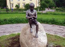 На Привокзальной улице п. Токсово установлена бронзовая скульптура «Читающий мальчик» (18.07.2016) © www.toksov.spb.ru