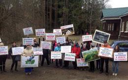Жители поселка Токсово недовольны проектом изменений в генеральный план, который предусматривает масштабную застройку зелёных зон и озер (начало мая 2017 года)