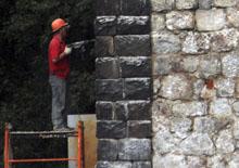Продолжается незаконная реконструкция старинной водонапорной башни на Привокзальной площади в Токсово (август 2016 г.) © www.toksov.spb.ru